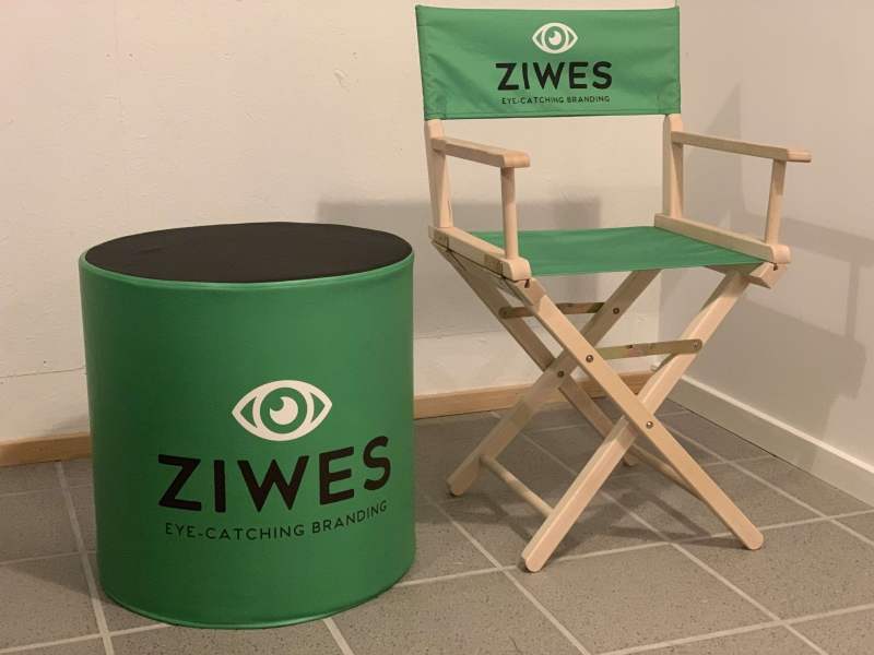 Instruktørstol og rund stol med logo